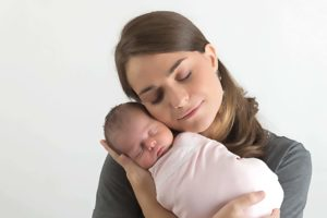 photographe professionnel pour des photos de la naissance de bébé lors d'une séance nouveau-né en famille à collonges (01) près des Pays de Gex, Genève et de Haute savoie non loin de Genève en Suisse