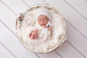 photographe professionnel pour des photos de la naissance de bébé lors d'une séance nouveau-né à collonges (01) près des Pays de Gex, Genève et de Haute savoie non loin de Genève en Suisse