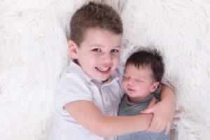 séance photos pour portrait de nouveau-né à la naissance de bébé avec les aînés en famille au studio de collonges (01) près des Pays de Gex et de Haute-savoie et non loin de Genève en suisse