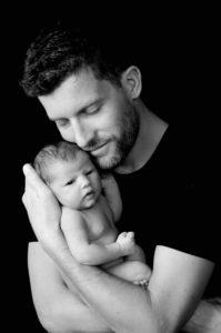 séance photos pour portrait de nouveau-né à la naissance de bébé avec les parents en famille au studio de collonges (01) près des Pays de Gex et de Haute-savoie et non loin de Genève en suisse