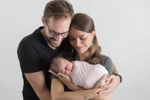 shooting photo naissance de bébé en famille avec les parents lors d'une séance nouveau-né à collonges (01) près des Pays de Gex, Genève et de Haute savoie non loin de Genève en Suisse