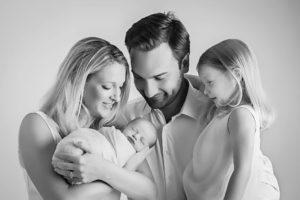 shooting photo naissance de bébé en famille lors d'une séance nouveau-né à collonges (01) près des Pays de Gex, Genève et de Haute savoie non loin de Genève en Suisse