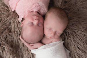shooting photo naissance de bébé jumeaux lors d'une séance nouveau-né à collonges (01) près des Pays de Gex, Genève et de Haute savoie non loin de Genève en Suisse