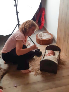 photos backstage de vote photographe lors d'une séance photo avec nourrisson dans son studio près de Genève et de la Suisse