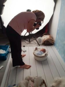 photos backstage de vote photographe lors d'une séance photo avec nouveau-né dans son studio près de Genève et de la Suisse