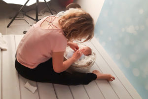 photos backstage de vote photographe lors d'un shooting photo avec nouveau-né dans son studio près de Genève et de la Suisse
