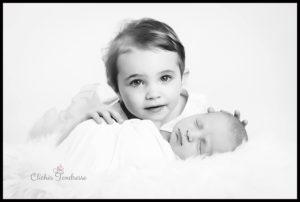 ou faire une séance naissance un photographe pour des photos de nouveau-né avec grande soeur à collonges (01) près des Pays de Gex et de Haute savoie, non loin de genève en Suisse