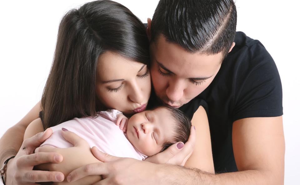 ou faire une séance naissance un photographe pour des photos de nouveau-né avec les parents à collonges (01) près des Pays de Gex et de Haute savoie, non loin de genève en Suisse