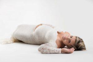 photographe professionnel pour des photos de femme enceinte lors d'une séance grossesse à collonges (01) près des Pays de Gex, Genève et de Haute savoie non loin de Genève en Suisse