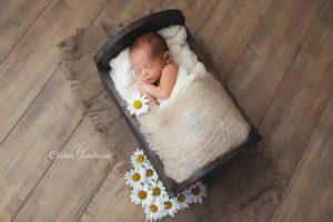 photographe professionnel pour des photos de nouveau-né lors d'une séance naissance de bébé à collonges (01) près des Pays de Gex, Genève et de Haute savoie non loin de Genève en Suisse