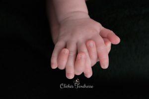 photographe professionnel pour des photos de nouveaux-nés jumeaux lors d'une séance naissance de bébé à collonges (01) près des Pays de Gex, Genève et de Haute savoie non loin de Genève en Suisse