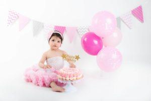 studio photos pour le 1er anniversaire de bébé dans un bain lors d'une séance smash the cake à collonges (01) près des Pays de Gex et de Haute savoie