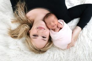ou trouver un photographe pour des photos de nouveau-né à la naissance avec ses parents à collonges (01) près des Pays de Gex et de Haute savoie et de Genève en Suisse