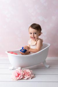 ou trouver un photographe pour des photos pour le 1er anniversaire de bébé dans un bain lors d'une séance smash the cake à collonges (01) près des Pays de Gex et de Haute savoie