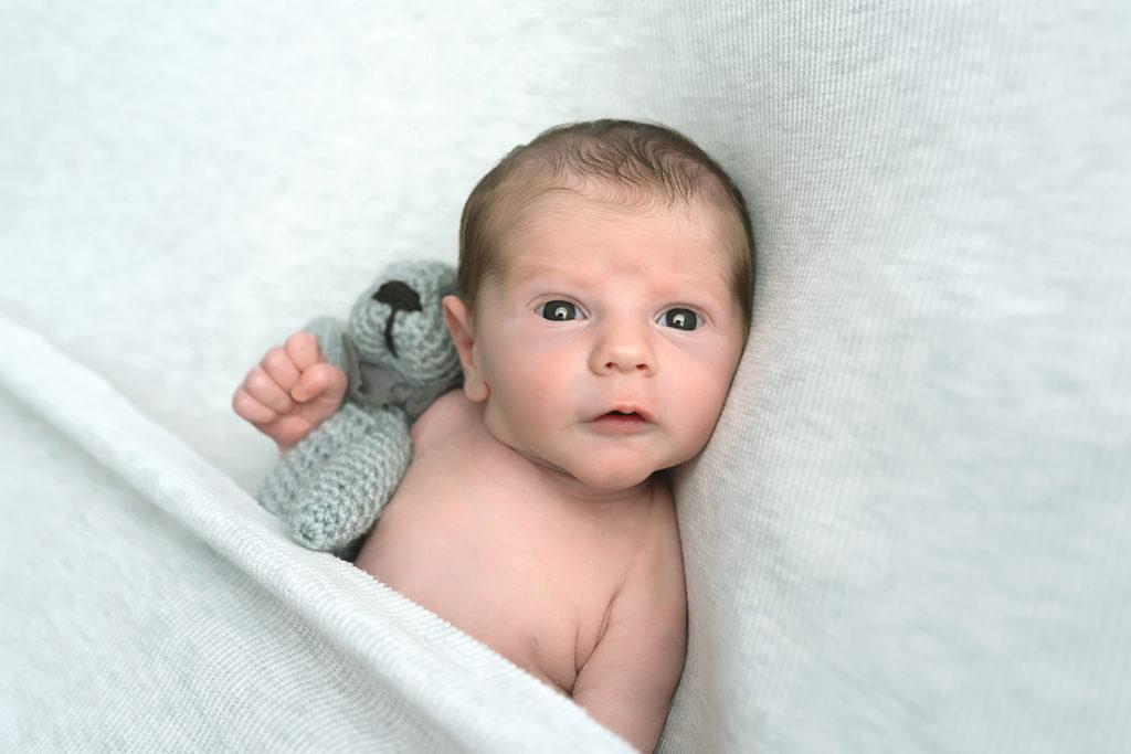 photo séance photo nouveau-né , quelques jours après la naissance de bébé à Collonges (01) près des Pays de Gex et de Haute savoie